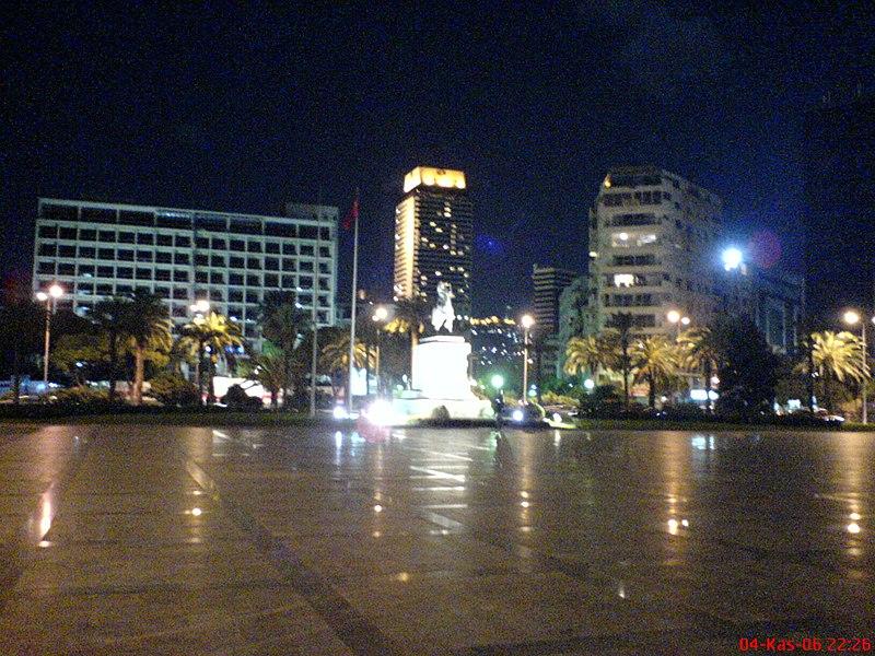Dosya:Izmir Cumhuriyet meydani gece.jpg