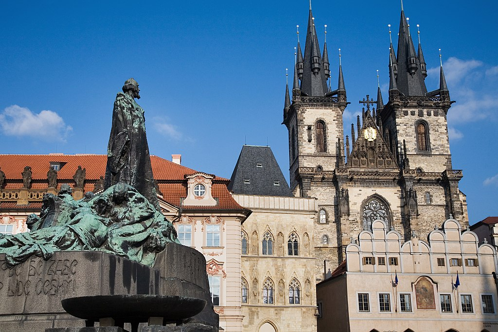 Eglise Notre Dame de Tyn à Prague avec au premier plan la statue de Jan Hus, le réformateur malheureux de l'église catholique. La statue semble accusée du regard l'église... catholique. Photo de Jorge Royan.