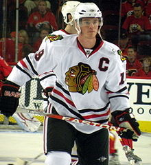 Photographie de Toews avec le maillot blanc des Blackhawks de Chicago