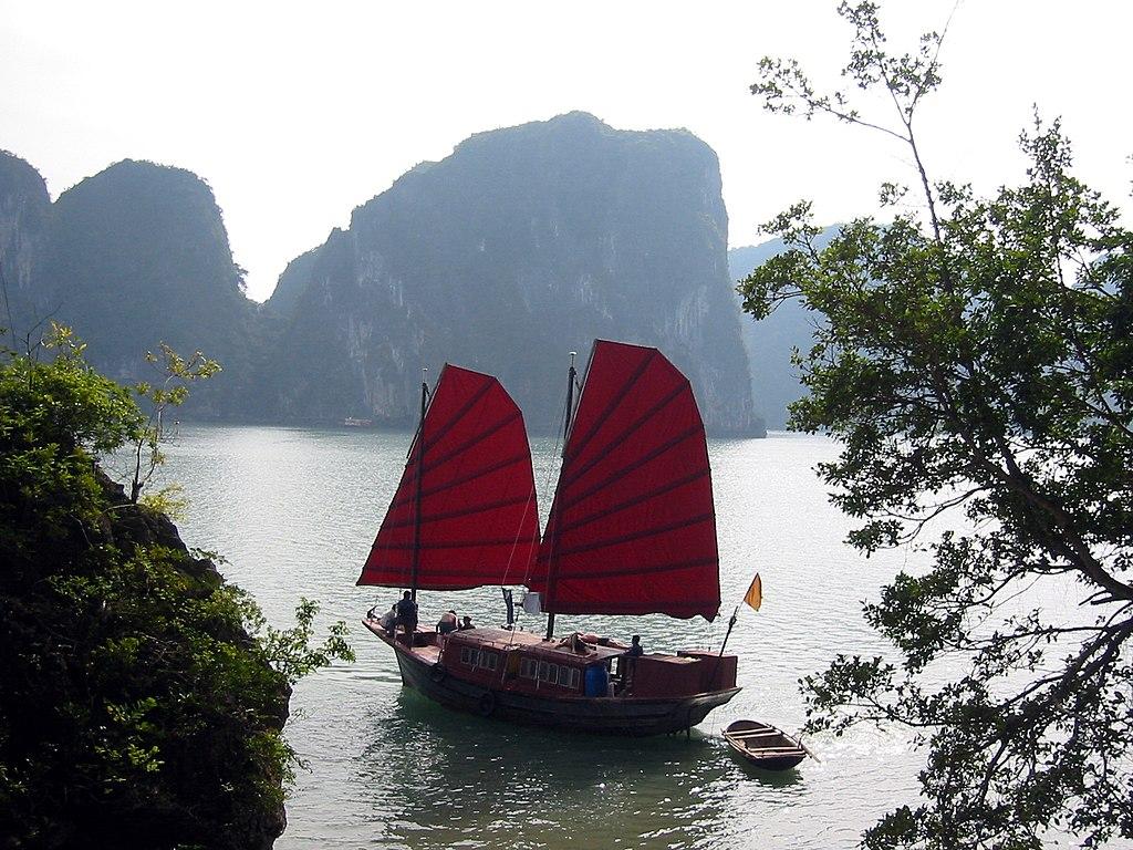 Jonque sur la baie de Hạ Long (Viêt Nam).  (définition réelle 1600×1200)
