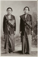 KITLV 28539 - Kassian Céphas - A studio portrait of two young women at Yogyakarta - Around 1900.tif