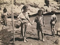 Kinder an der Küste Neapels, fotografiert von Roberto Rive um 1872 (Children of Naples on beach, Roberto Rive, 1872).jpg