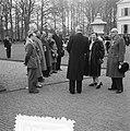 Koningin Juliana spreekt met gastenop het gazon van het paleis Soestdijk, Bestanddeelnr 907-7288.jpg