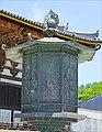 Lanterne en bronze devant la salle du Grand Bouddha (Todai-ji, Nara) (29042589168).jpg