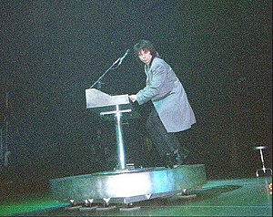 Lawrence Gowan - Lawrence Gowan performing with Styx on 9 May 2000 at Universal Amphitheatre