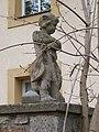 Lochkov, zámek, socha na sloupku.jpg