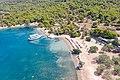 Luftbild vom Strand Zogeria auf Spetses, Griechenland (48760087926).jpg