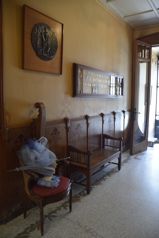 File:Maison Leon Losseau - hall d entree - parement mural et banc ...