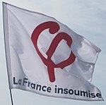 Drapeau de militants insoumis, un phi ocre sur un fond blanc.