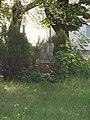 Merengő (Lantos Györgyi, Máté István) az egykori Tüdőkórház kertjében, 2019 Heves.jpg