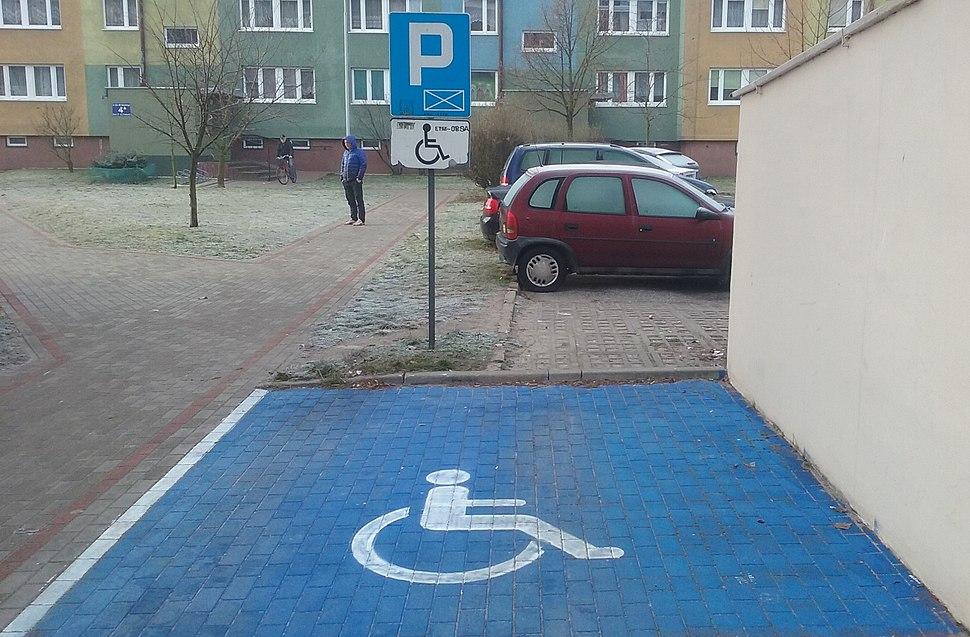 Miejsce parkingowe zarezerwowane dla osób niepełnosprawnych na parkingu osiedlowym w Tomaszowie Mazowieckim, grudzień 2018