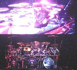 Mike Portnoy en la gira promocional del álbum Train of Thought.