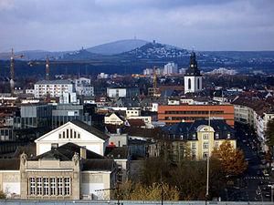 Blick von Gießen vorbei an den Burgen Vetzberg (links) und Gleiberg (rechts) zum Dünsberg
