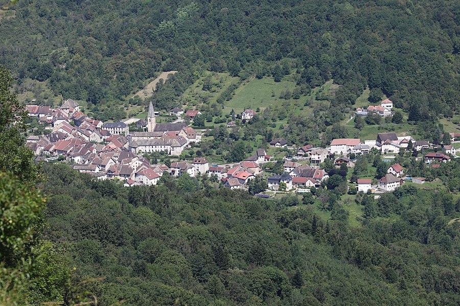 Vue de Mouthier-Haute-Pierre (Doubs) depuis le belvédère de Renédale.