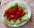 Nakrájená rajčata a salátová okurka.jpg