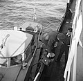 Nederlandse douanebeambte klimt aan boord van de Damco 9, links eerste stuurman…, Bestanddeelnr 254-1499.jpg