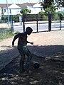 Niño jugando al fútbol.jpg