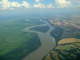 Vista aérea del río cerca de barnaul
