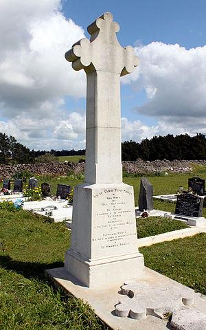 """Battle of Ohaeawai - The memorial in Saint Michael's churchyard. The inscription reads in Māori -- """" Ko te tohu tapu tenei o nga, hoia me nga heremana o te Kuini, I hinga i te whawhai ki konei ki Ohaeawai,  I te tau o to tatou ariki 1845. Ko tenei urupa na nga Maori i whaka-takoto I muri iho i te maunga rongo.""""  In English it translates as -- """"This is a sacred memorial to the soldiers and sailors of the Queen who fell in battle here at Ohaeawai in the year of Our Lord 1845. This burying place was laid out by the Maoris after the making of peace."""""""