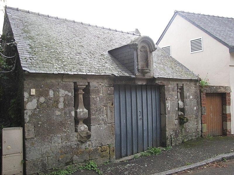 A proximité de l'église cet ancien ossuaire est laissé à l'abandon. Au vu des photos anciennes ce bâtiment est bien l'ossuaire mais son état est très délabré.
