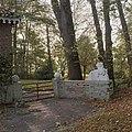 Overzicht hekpijlers met daarop een gebeeldhouwde reliëf van een stijgerd paard - Glimmen - 20380165 - RCE.jpg