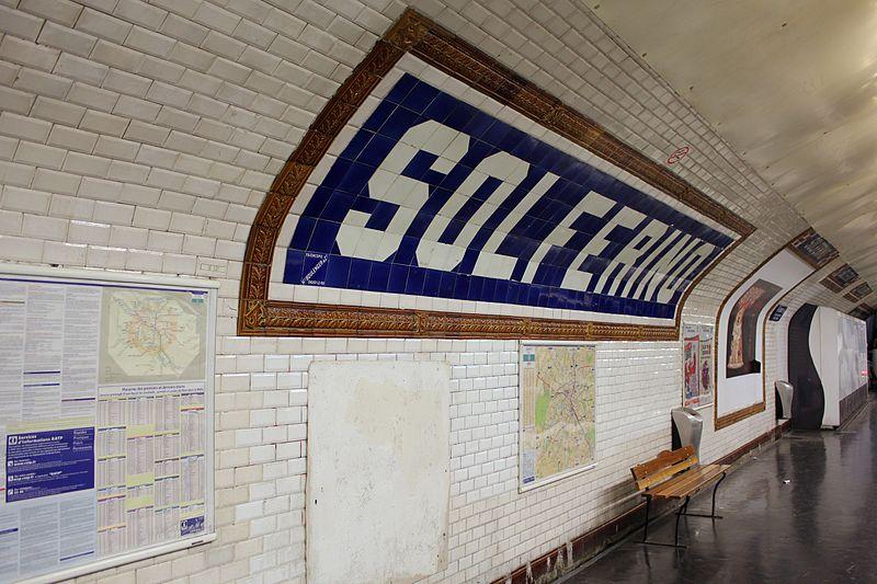 File:Paris Metro 12 Solférino Stationsschild.JPG