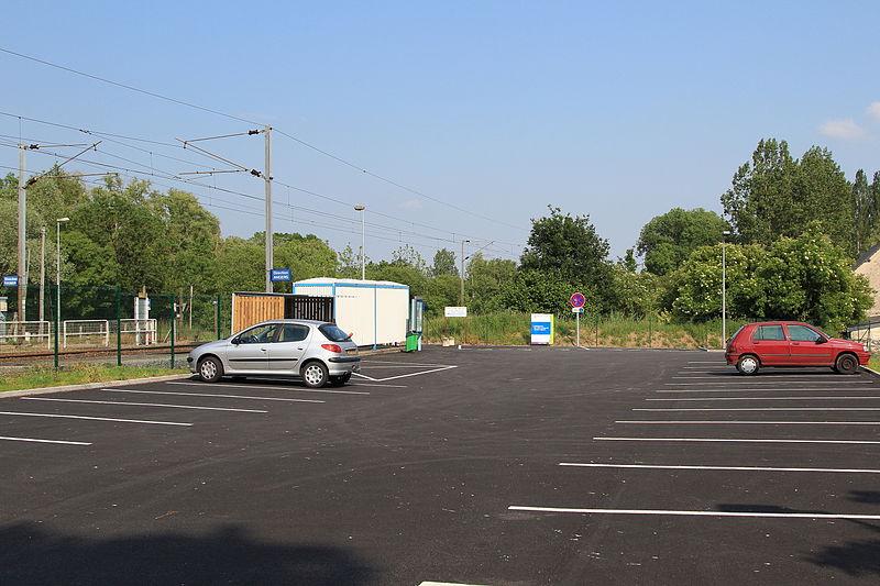 File:Parking de la gare de La Bohalle par Cramos.JPG
