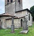 Piédestal de la statue volée de la Vierge de Saint-Maurice-de-Beynost et tombe du curé Chardon (juin 2020).jpg
