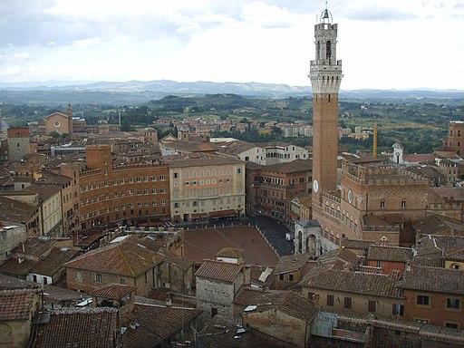 Piazza del Campo e la TorredelMangia, veduta dal facciatone del Duomo