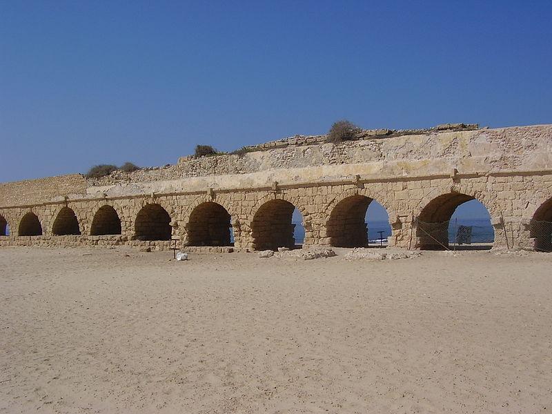 האקוודוקט בחוף קיסריה