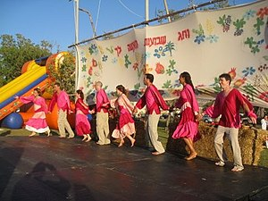 Israeli folk dancing - Folk dancing on Shavuot
