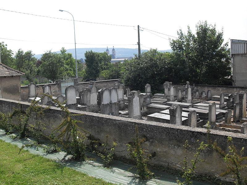 France, Pont-à-Mousson, Meurthe-et-Moselle (54) - le cimetière israélite, rue Robert-Blum, au loin les deux clochers des Prémontrés.