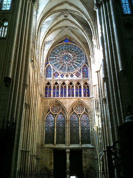 Vue des vitraux et rosace du portail nord de la cathédrale saint-Etienne de Châlons-en-Champagne
