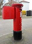 Post box on Cortsway, Greasby 1.jpg