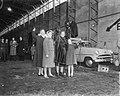 Prinses Beatrix , Prinses Irene , Prinses Marijke en koningin Juliana zwaaien te, Bestanddeelnr 909-2631.jpg