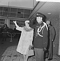 Prinses Beatrix naar Japan Prinses Beatrix wuift de auto na van de vertrekkende, Bestanddeelnr 914-9900.jpg