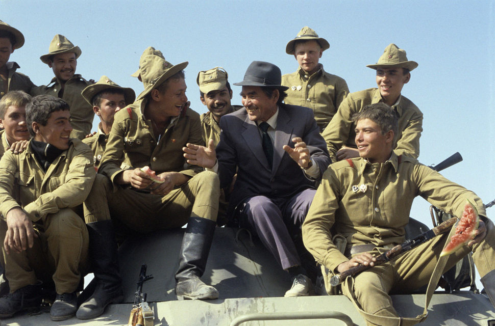 RIAN archive 476785 Soviet Army soldiers return from Afghanistan