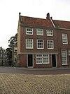 Gepleisterde lijstgevel voor huis op de hoek van de Voorstraatshaven
