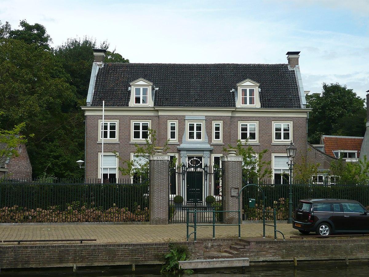 Raadhoven wikipedia for Grensafscheiding tuin