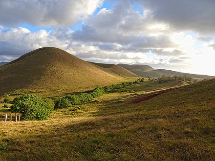 Typical landscape on Easter Island; rounded extinct volcanoes covered in low vegetation. Rapa-Nui-Landscape.jpg