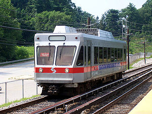 SEPTA Route 100 an der Haltestelle Gulph Mills in Upper Merion Township, PA.