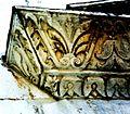 Sant'Alessandro (Lucca). Dettaglio del portale. Angolo del frontone.jpg
