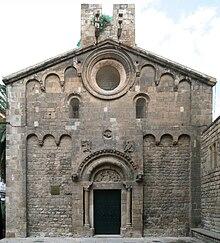 fachada de la iglesia con portalada