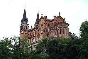 Vista de la iglesia de Covadonga desde el lado...