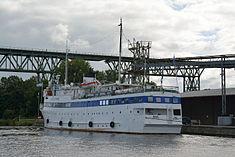 Schleswig-Holstein, Hochdonn, Fähranleger am N-O-Kanal; das Motorschiff Brahe lag dort als Hotelschiff für Wacken Open Air 2015 NIK 5422.jpg