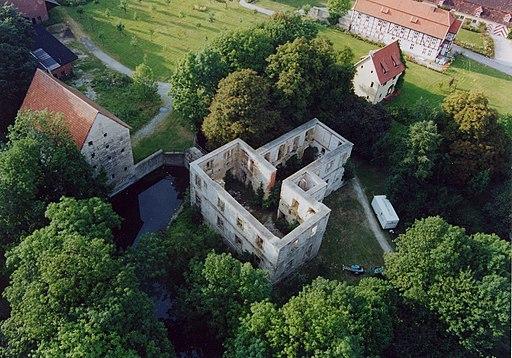 Schlossruine in stoermede luftaufnahme