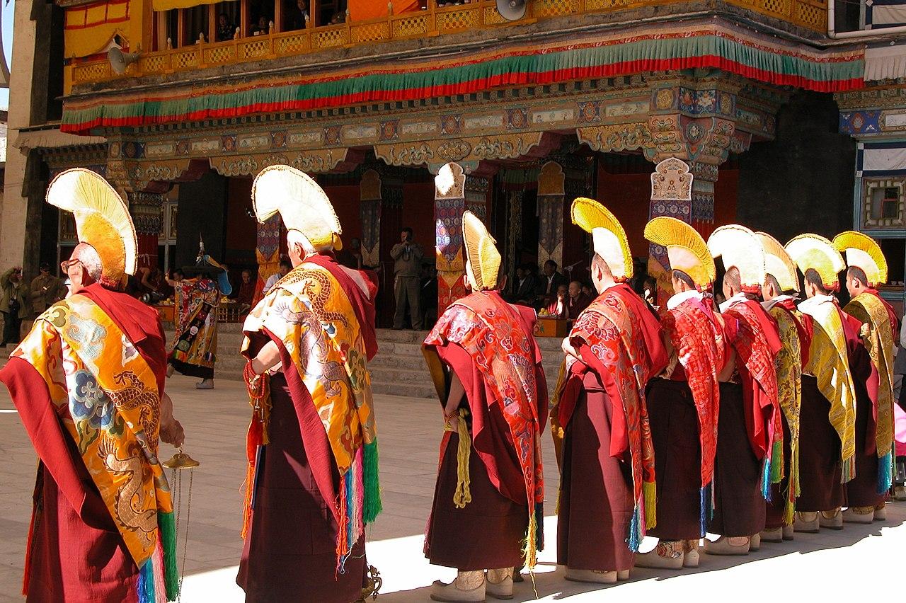 File Shigatse Monks Tibet Jpg Wikipedia