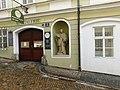 Socha svatého Jana Nepomuckého v ulici U Lanové dráhy na Malé Straně (Q106621389).jpg
