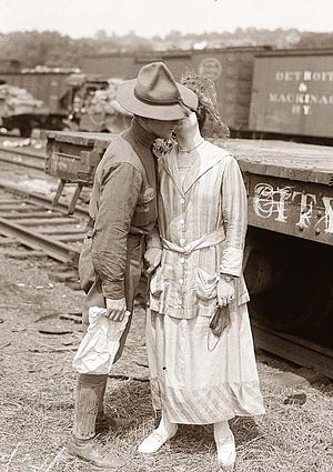 English: Soldier's Goodbye Kiss in World War I