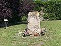 Stèle du jardin du souvenir du nouveau cimetière de Villleurbanne (vue proche).jpg
